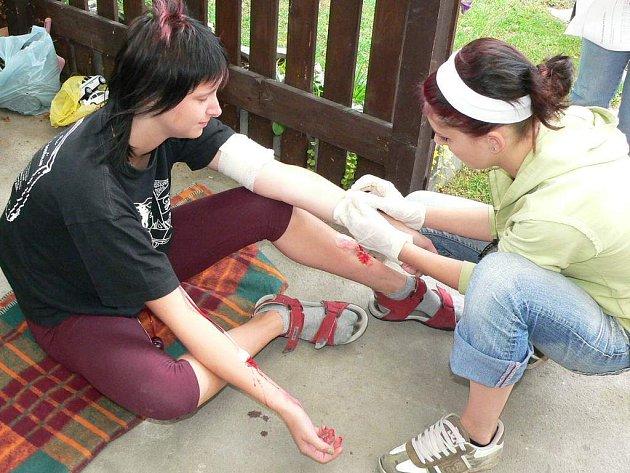 Studenti jindřichohradecké zdravotnické školy při soutěži první pomoci.