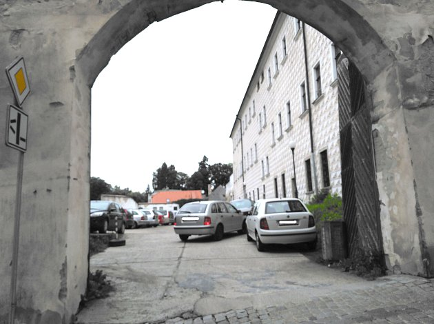 Proměna dvora jezuitské koleje v regulérní parkoviště je na dobré cestě. Práce by mohly začít už v dubnu.