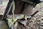 Pohled na vrak starého auta ukrytý v lese u Jindřichova Hradce.