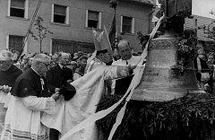 Svěcení zvonů v Deštné z roku 1948.