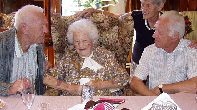 Marta Pokorná z Dačic oslavila v neděli 107. narozeniny. Momentálně pobývá v Domově důchodců v Budíškovicích, kam se také za ní sjeli příbuzní a přátelé. Na snímku je obklopena svými syny, čtyřiaosmdesátiletým Jiřím a o tři roky starším Břetislavem.