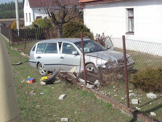 Řidička octavie, která v sobotu v Halámkách skončila napůl v zahradě domu, může hovořit o velkém štěstí, že vyvázla bez zranění.