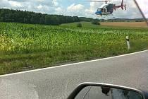 Pohled na přistávající vrtulník záchranářů u Štěpánovic, kde byl zraněný motocyklista.