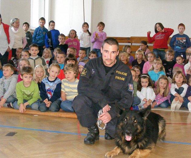 Služební pes Gin psovoda Lubomíra Ábela (na snímku z ukázky pro děti) našel v poli hledaného mladíka.