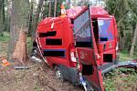 Pohled na zcela zdemolované auto po nárazu do dvou stromů u Třeboně. Nehoda přinesla čtyři vážná zranění.