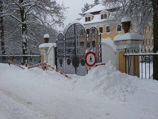 V Chlumu u Třeboně je kvůli nebezpečné klenbě bylo v zimě zahrazeno asi deset metrů chodníku.
