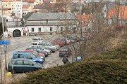 Parkoviště pod poliklinikou ve Václavské ulici v J. Hradci.