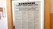 Volební okrsek v jindřichohradecké 1. základní škole.