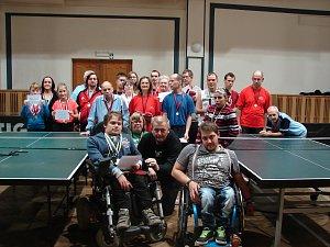 Účastníci turnaje ve stolním tenisu, který byl závěrečným podnikem Her usměvavých srdcí.