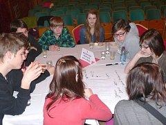 PREMIÉRU mělo letos v Dačicích již fórum mládeže. Žáci a studenti  místních škol (na snímku) prezentovali problémy, které je ve městě nejvíce trápí.