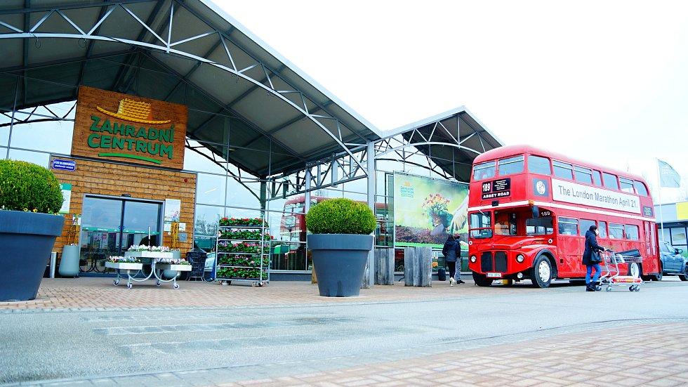 Londýnský dvouposchoďový bus stojí v Jindřichově Hradci. U jeho okénka si můžete dát občerstvení.