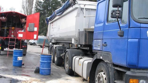 Na parkovišti pod gymnáziem v Jindřichově Hradci unilaka v pondělí z kamionu nafta. Zasahovali hasiči.