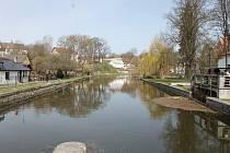 Řeka Nežárka na Mlýnském mostě v Jindřichově Hradci.