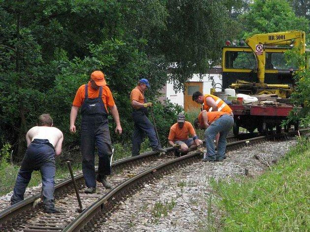 Pracovníci Jindřichohradeckých místních drah opravují trať.