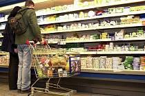 NÁKUPY.  Pohled na ceny potravin v regálech  obchodů není vždy povzbudivý.