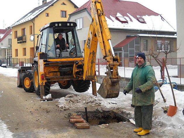 Poruchy na vodovodním řadu museli opravovat pracovníci společnosti VAK JČ také v Heřmánkově ulici v Třeboni.