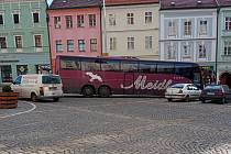 Řidič autobusu s rakouskou značkou se s parkováním na náměstí Míru příliš netrápil.