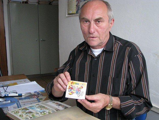 Předseda Klubu filatelistů v Jindřichově Hradci Jan Kozel.