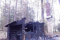 Požár chaty ve Dvorcích u Stráže.