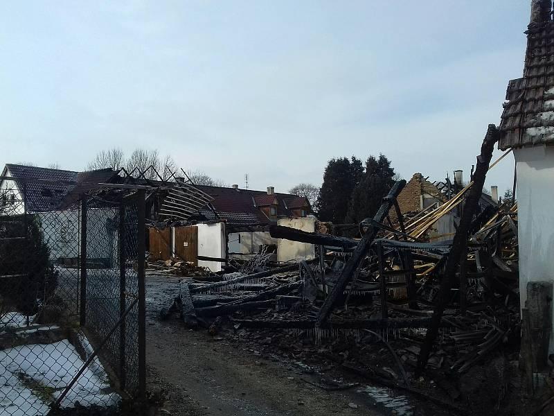 Smutný pohled na spáleniště po požáru v Lovětíně.