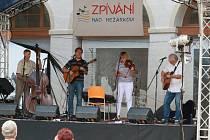 Minulý 10. ročník folkového festivalu Zpívání nad Nežárkou.