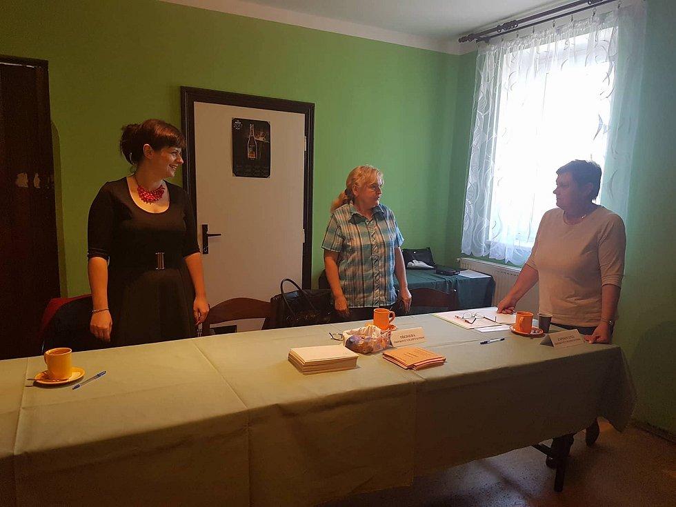Jindřichův Hradec: 45 minut po začátku prvního voleb už v hospodě Na Kopečku odvolilo pět voličů z této místní části Hradce. Voliči si mohou přesný čas zkontrolovat na píchačkách, které volební místnost zdobí.