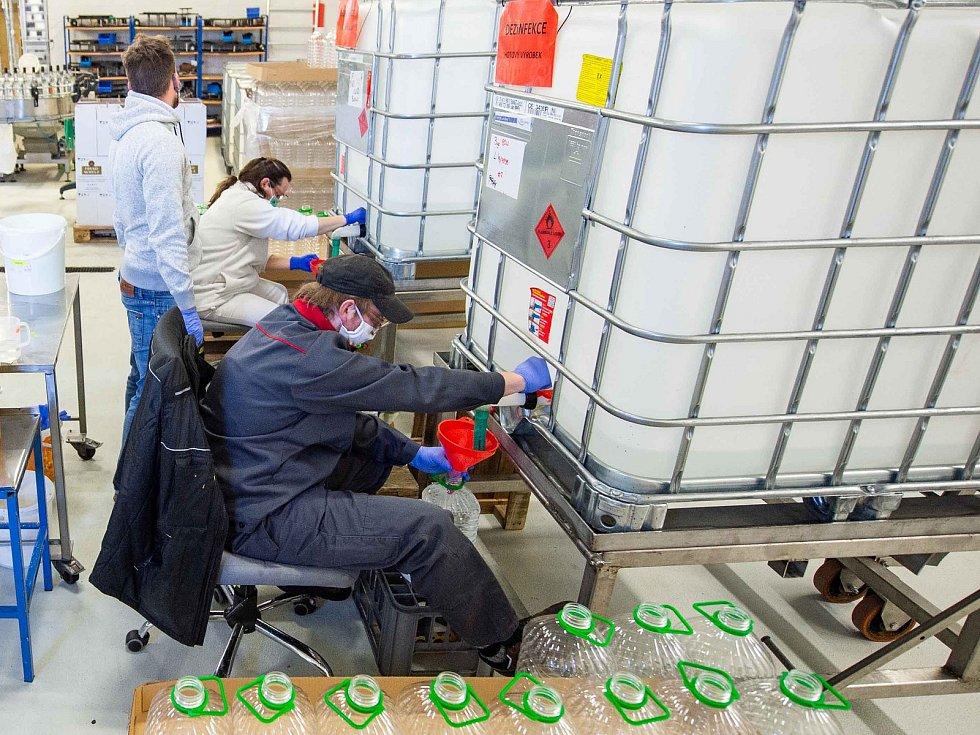Dezinfekce se v likérce Fruko-Schulz stáčí do pětilitrových kanystrů.