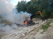 Při požáru bagru v Lomech u Kunžaku vznikla škoda 700 tisíc korun.