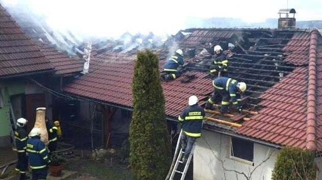 Požár střechy domu v Újezdci na Kardašovořečicku způsobil škodu za 1,5 milionu korun.