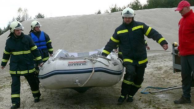 Cvičení hasičů na pískovně v Halámkách.