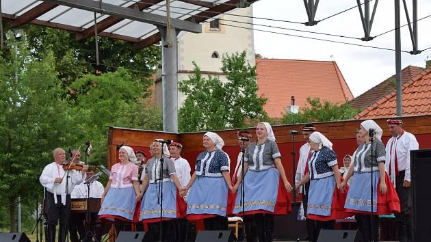Při festivalu U Zlaté stoky vystoupilo mnoho folklorních souborů z celé země.