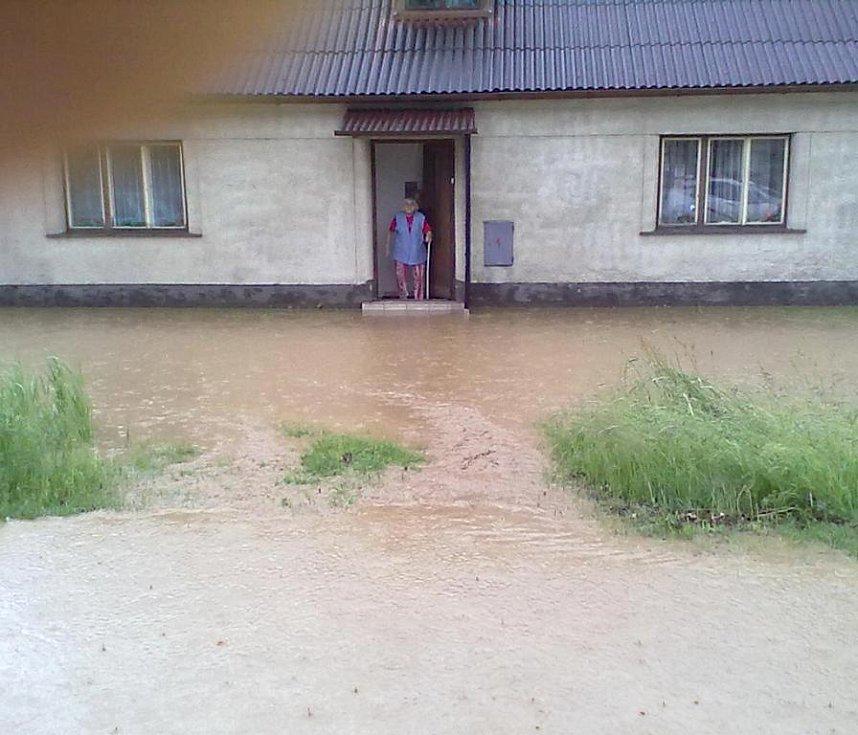 Voda se v Nové Včelnici dostala i do domu.