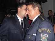 Ples dobrovolných hasičů v Majdaleně začala gratulacemi svému starostovi Josefu Pavelcovi k 55. narozeninám.