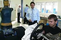 Na snímku dokončuje nárazovou zkoušku sloupku volantu Ondřej Novák (vpravo). Vedle něho stojí manažer centra Bernd Hofmann.
