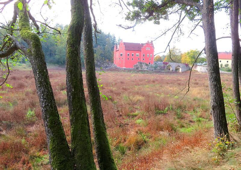 Ačkoliv je renesanční zámek Červená Lhota bez vody, i tak má podzim v jeho okolí své kouzlo.