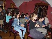 V prostorách zámku Červená Lhota vystoupili při koncertu na podporu opravy fary v Deštné především mladí umělci. Foto: Josef Böhm