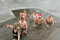 Vloni se museli na Štědrý den otužilci do rybníčku ve Velkém Ratmírově museli prosekat.Jako to bude při Štědrodenním koupání letos?