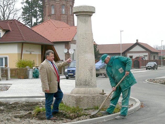 USAZENÍ HISTORICKÉHO SLOUPU a doplnění zeminy jsou jedny z posledních úprav před dokončením rekonstrukce ulice v lokalitě Na Kopečku v Třeboni.
