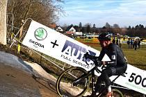 Emil Hekele se stal ve 42 letech mistrem republiky v cyklokrosu.