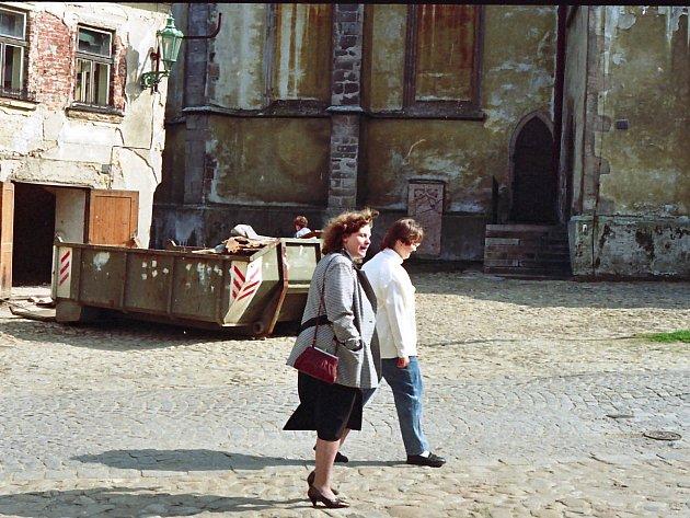 Procházka Hradcem - prostranství u kostela Nanebevzetí Panny Marie.