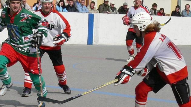Oba úvodní duely čtvrtfinále první hokejbalové ligy zvládlo lépe družstvo Dranrebu Nová Včelnice, které porazilo jindřichohradecký Olymp na jeho hřišti na Hvězdárně 4:1 a 3:2. Hosté v sérii vedou 2:0 a již zítra mohou rozhodnout o svém postupu do semifiná