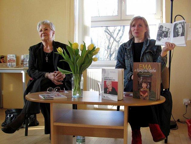 Kamila Moučková besedovala v knihovně o své nové knize společně se spoluautorkou Petrou Braunovou.