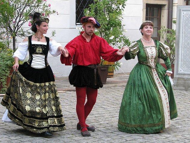 Historické tance na zámeckém nádvoří v podání skupiny Campanelo