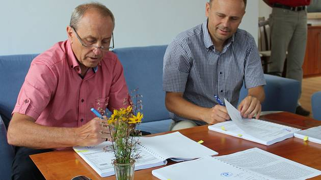 Za investora smlouvu podepsal starosta Martin Doležal (vpravo), za stavebníky Jiří Kápl.