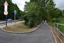 Nová stezka pro chodce a cyklisty propojila Denisovu ulici a silnici na Jindřiš.