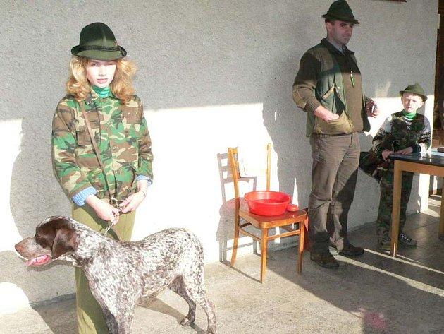 Slečna Kosová a její ohař na tadičním jarním svodu mladých psů loveckých plemen ve Velkém Ratmírově u J. Hradce