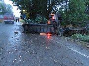 V úterý ve Starém Městě pod Landštejnem tahač s nástavbou na štěpkování dřeva narazil do domu a pak se převrátil do zahrady. Řidič se vážně zranil.