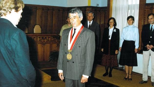 PRVNÍM POREVOLUČNÍM STAROSTOU Jindřichova Hradce se stal Josef Eder. Na snímku z roku 1991 vítá ve starobylé radnici prezidenta republiky Václava Havla.