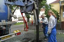 Čištění kanálu ve Vídeňské ulici v J. Hradci.