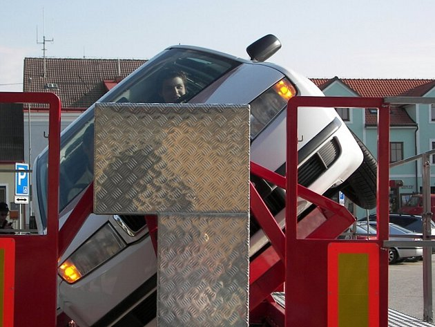Lidé v Dačicích si mohli vyzkoušet speciální trenažér, který simuluje dopravní nehodu. Jak se asi řidič cítí, když se auto otáčí na střechu?